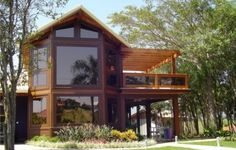 casas-de-madeira-fachada-de-vidro-e-madeira. Cabin Homes, Log Homes, Style At Home, House In The Woods, My House, Level Homes, Indoor Outdoor Living, Wooden House, Tropical Houses