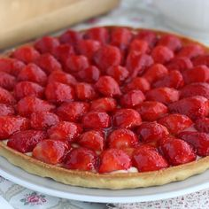 What can be as good as a strawberry tart when the sun is showing its face? Easy Tart Recipes, Sweet Recipes, Baking Recipes, Fruit Tart Recipes, Healthy Fruit Tart Recipe, Fun Desserts, Delicious Desserts, Dessert Recipes, Yummy Food