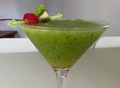 Kiwi nápoj s vanilkovou vodkou a ledem. Kiwi, Baileys, Sangria, Guacamole, Vodka, Smoothies, Tableware, Glass, Ethnic Recipes