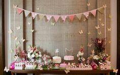 Achei super criativo a idéia de decorar um Chá de Bebê inspirado na Estação Primavera.   A decoradora usou e abusou de papéis floridos e bo...