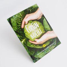 💚 Grün Kocht 💚 Bei dieser offenen Fadenheftung steht Nachhaltigkeit an 1. Stelle. Unsere Druckfarben entsprechen den Vorgaben des Blauen Engel, Klimaneutrale Produktion, 100% Recyclingpapier, FSC Standart, mehr geht nicht mehr 👍🏼 ganz nach dem Motto: Print Eco & Awesome. Wie schön Nachhaltigkeit doch sein und schmecken kann. #fundw #makeprintgreatagain #offenefadenheftung #offenefadenbindung #grünkocht #kochbuch #kochen #magazin #broschüre @die_gruenen @gisela.sengl Neutral, Motto, Cover, Books, Design, Sustainability, Angel, Cooking, Nice Asses