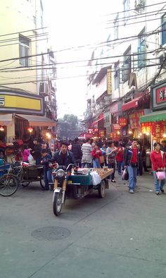 A small street we ran into when looking for the 'Taiwanese Snack Street' in Xiamen.