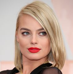 Margot Robbie's make-up werd verzorgd door Tyron Macchausen.