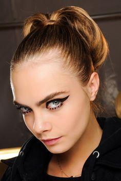 Coleta vintage. En el desfile de otoño-invierno de Sonia Rykiel encontramos esta coleta alta vintage de inspiración años 50 que no puede combinar mejor con un eyeliner extremo.