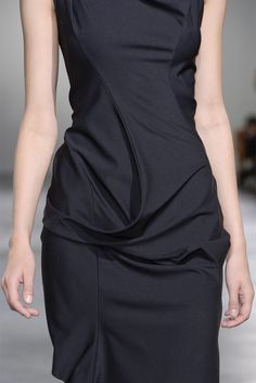 Structured black dress with sculptural draping; close up fashion details // Junya Watanabe Fashion Details, Look Fashion, Runway Fashion, High Fashion, Womens Fashion, Fashion Design, Vogue Fashion, Haute Couture Style, Do It Yourself Fashion