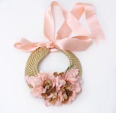 cinturones de flores - Buscar con Google Soutache Tutorial, Necklace Tutorial, Diy Necklace, Flower Necklace, Collar Necklace, Necklaces, Crochet Collar, Beaded Collar, Lace Beadwork