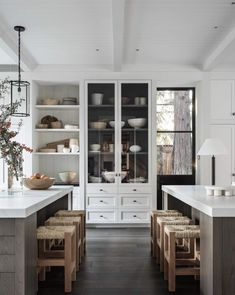 31 Nice Neutral Kitchen Decor Ideas Which You Definitely Like - Sometimes the small changes in your kitchen will have a considerable result on how it appears. Are you looking for simple and outstanding ideas that a. Studio Mcgee, Bright Kitchens, Cool Kitchens, Kitchen And Bath, New Kitchen, Kitchen Paint, Kitchen Ideas, Kitchen Tips, Wall Of Kitchen Cabinets