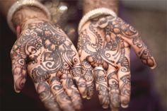 Wiele osób odczuwa silne pragnienie, aby umieścić na swoim ciele tatuaż. Czasami chodzi o niewielkich rozmiarów wzór, innym razem są to formy o dużych wymiarach, których nie przegapi żadna osoba, która na nas spojrzy.
