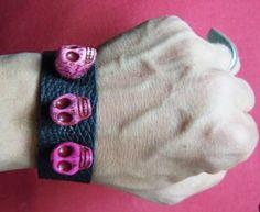 """Lederarmband """"Evil Candyman""""    Handgefertigtes Einzelstück aus echtem Leder. Mit drei pinken Totenköpfen und Druckknopf-Verschluss."""