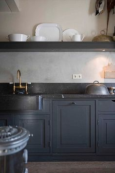 Black countertops with grey cabinets Black Kitchens, Cool Kitchens, Kitchen Black, Charcoal Kitchen, Modern Kitchens, Kitchen Modern, Modern Farmhouse, New Kitchen, Kitchen Interior
