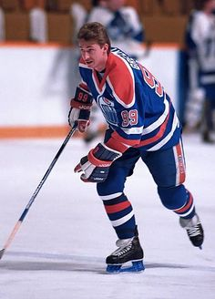 Wayne Gretzky of the Edmonton Oilers takes warmup prior to a game against the Toronto Maple Leafs during NHL game action at Maple Leaf Gardens in. Hockey Mom, Ice Hockey, Hockey Logos, Hockey World, Wayne Gretzky, Pittsburgh Penguins Hockey, Nhl Games, Edmonton Oilers, Nfl Fans