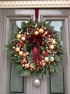 I like the use of ornaments in different sizes. Christmas Door Wreaths, Christmas Flowers, Christmas Mood, Noel Christmas, Victorian Christmas, Outdoor Christmas Decorations, Simple Christmas, All Things Christmas, Christmas Crafts