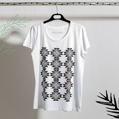 Tricouri Dama | Alisia Enco Linen Tshirts, Organic Cotton T Shirts, Quality T Shirts, Black Linen, T Shirts For Women, Clothes For Women, Collar And Cuff, Short Sleeves, Model