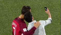 Нападающий сборной #Португалии Криштиану #Роналду по ходу матча группы B европейской квалификации #ЧМ2018 против Фарерских островов нашёл время для селфи с болельщиком.  Перед началом второго тайма Роналду выделил несколько секунд и сфотографировался с фанатом.  Напомним, матч закончился со счётом 6:0 в пользу Португалии. Один из голов на свой счёт записал Роналду.