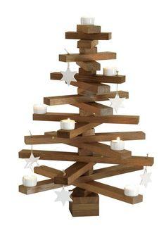 Juletræ i massiv eg designet af Raumgestalt, fås i enten oliebehandlet eller røget eg (lys eller mørk), består af 18 stave i forskellige længder med huller i enderne til julepynt samt syv mellemstykker, h 60 cm, diam. 50 cm, 1595 kr., Nicolaj.