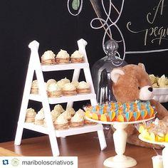 Estes deliciosos bolos de rolo da @mariboloscriativos em nossa mini escadinha não ficou um encanto? Quem não conheçe não deixe de experimentar, são deliciosos.  #mabbeladecor #alugueldepecasdecorativas #Repost @mariboloscriativos with @repostapp. ・・・ Meus bolos de rolo ficaram ainda mais lindos nessa estante da @mabbeladecor . #workshopbellafiore