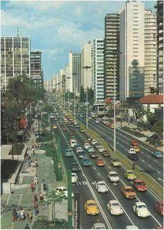 Avenida Paulista nos anos 1970. Achada em http://quandoacidade.wordpress.com/2013/03/04/cidade-colorida/