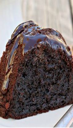 Ultimate Chocolate Fudge Bundt Cake: This amazing chocolate cake starts with a cake mix and couldn't be easier or more decadent. Vegetarian Chocolate Cake, Chocolate Bundt Cake, Chocolate Fudge, Chocolate Tarts, Decadent Chocolate, Double Chocolate Cake, Food Cakes, Cupcake Cakes, Cupcakes