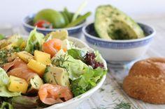 Μια διαφορετική σαλάτα που σίγουρα θα σας κερδίσει! Salmon Avocado, Avocado Salad, Cobb Salad, Greek Recipes, Arugula, Hummus, Cantaloupe, Salads, Mango