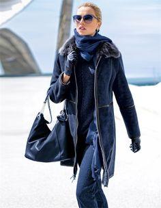 Kuschelweich und mollig warm: die lange Winterjacke in edlem Dark Blue zeigt sich außen mit geschmeidigem Veloursleder und mit edlen, schwarzen Glattleder-Akzenten.