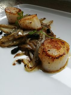 Excellent Scallops with chicory - Scallops with love - and truffles I Want Food, Love Food, Deli Food, Seafood Appetizers, Fish Dishes, Food Design, Food To Make, Food Porn, Food And Drink