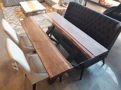 TABLE BALZAC - ÉRABLE ET VERRE - AMBRÉE FONCÉE - 66 X 36 - 2'' ÉPAIS - BANQUETTE MERIDIAN CU009-5 - CHAISES SINATRA CU013-5  #surmesure #lusine #table #balzac #erable #meridian #banquette #cu0095 #chaise #sinatra #cu0135 #ambreefoncee