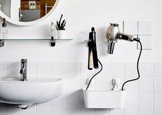 Utrzymanie włosów w ryzach stanie się prostsze dzięki kilku zainspirowanym przez stylistów zaczepom wykonanym z uchwytów na dozowniki mydła i zawieszonym obok lustra. Poniżej można dodać pojemnik, który pomoże zorganizować kable.