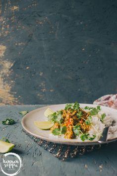 Pitkään haudutettu naudanlihacurry rendang on ehkäpä kuuluisin indonesialainen ruoka, jonka upeat syvät maut tuskin jättävät ketään kylmäksi. Nyhtökaura rendang on vegaaninen versio klassikosta, joka
