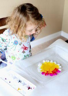 Farbenfrohe Blumen aus Filtertüten mit Kindern gestalten