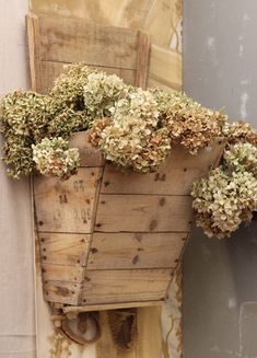 hydrangea in an old farm feeder. Don't care for the hydrangeas, but really like the use of the old feeder. Pallet Crafts, Pallet Art, Pallet Projects, Wood Crafts, Woodworking Projects, Pallet Flower Box, Flower Boxes, Country Decor, Rustic Decor