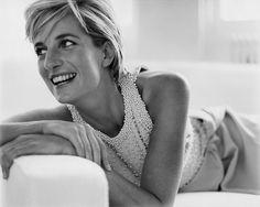 Am 31.August 1997, also vor genau 15 Jahren, endete das Leben von Diana Spencer auf tragische Weise. Die Britin starb in dieser Nacht bei einem schweren Autounfall in einem Tunnel in Paris. Bis heute ranken sich Mythen und Verschwörungen um diese Nacht.