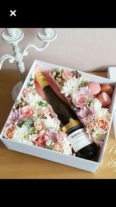 Pentru o persona speciala din tot sufletul si cu tot respectul Flower Box Gift, Flower Boxes, Flowers, Wine Gift Boxes, Wine Gifts, Creative Gift Wrapping, Creative Gifts, Chocolate Bouquet, Deco Floral