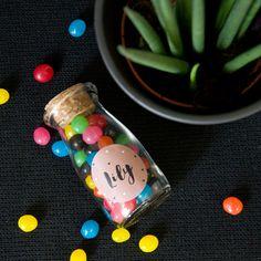 Glazen melkflesje waar je je snoepjes of suikerbonen in kan doen.  Je plakt er een sticker op en klaar! #doopsuiker #glazenFlesje
