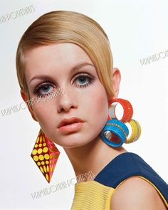 Even though she's British, Twiggy's supermodel status has made her a darling for Americans and the fans of fashion the world over. Born Lesley Hornby, Twiggy earned her nickname from her thin frame, big eyes and out-of-this-world eyelashes. 60s Fashion Trends, Sixties Fashion, Mod Fashion, Fashion Models, Vintage Fashion, High Fashion, 1960s Trends, Fashion Women, Fashion Stores