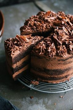 Easy naked dark chocolate cake with cream cheese. Extremely delicious creamy and rich in flavor yum! Photogenic for birthday parties too. The post Naked dark chocolate cake with cream cheese appeared first on Dessert Platinum. Matilda Chocolate Cake, Too Much Chocolate Cake, Hershey Chocolate Cakes, Tasty Chocolate Cake, Dark Chocolate Cakes, Chocolate Cream, Chocolate Desserts, Homemade Chocolate, Chocolate Cake Pictures