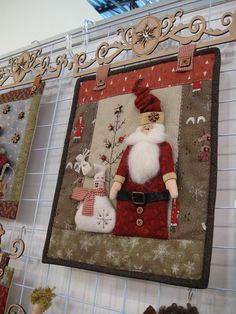 santa quilt love the hanger Christmas Patchwork, Christmas Sewing, Christmas Love, Christmas Projects, Christmas Quilting, Xmas, Christmas Wall Hangings, Christmas Decorations, Christmas Ornaments
