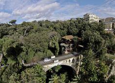 Nel 2006 Sivio Berlusconi dichiarò di volerla acquistare, per farne la sua residenza napoletana. Poi però non se ne fece nulla. Villa Lucia, che qui in vediamo in immagini inedite riprese dal drone di Riccardo Siano, ha una storia antica. E' una villa neoclassica in stile pompeiano, si