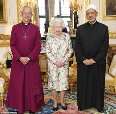 Queen Elizabeth II stands between Justin Welby, the Archbishop of Canterbury, and Sheikh Ahmad Al-Tayeb, Grand Imam of Al Azhar, on the day that Donald Trump arrived in the UK Barack And Michelle, Queen Pictures, Pose For The Camera, Her Majesty The Queen, Royal Engagement, Save The Queen, Outfits With Hats, Queen Elizabeth Ii, Donald Trump