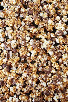 Butter Toffee Heath Popcorn - Beware, it is addicting! Butter Toffee Popcorn Recipe, Flavored Popcorn, Sweet Popcorn, Popcorn Snacks, Popcorn Balls, Party Snacks, Candy Recipes, Snack Recipes, Yummy Recipes