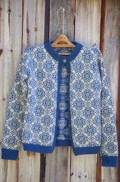 Knit your own cozy cardigan! Free knitting patterns at… Knitting Charts, Knitting Patterns Free, Knit Patterns, Free Knitting, Free Pattern, Norwegian Knitting, Fair Isle Knitting, Fashion Mode, Vintage Knitting
