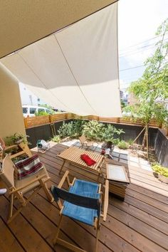 タープの下は日差しが強い日でも快適に過ごせる。友人を呼んでバーベキューなど、家にいながらキャンプ気分を楽しめる。 Outdoor Spaces, Outdoor Life, Outdoor Living, Outdoor Decor, Shade House, Porch And Balcony, Rooftop Garden, Back Patio, Cool Rooms