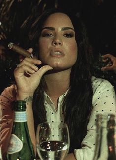 Cigars And Women, Women Smoking Cigars, Cigar Smoking, Girl Smoking, Smoking Ladies, Cabelo Com Mega Hair, Selena Gomez Smoking, Shakira, Instagram Selena Gomez