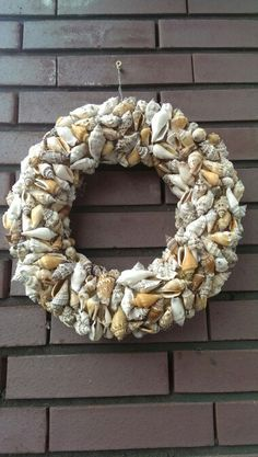 Schelpen krans Burlap Wreath, Shells, Wreaths, Home Decor, Seashells, Conch Shells, Decoration Home, Door Wreaths, Room Decor