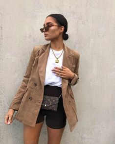 Oversized blazers and cycling shorts are go-to. Blazer - ideen for teens frauen shorts outfits Casual Summer Outfits, Short Outfits, Trendy Outfits, Fall Outfits, High Fashion Outfits, Blazer Fashion, Winter Shorts Outfits, Office Outfits Women Casual, Casual Dresses For Women