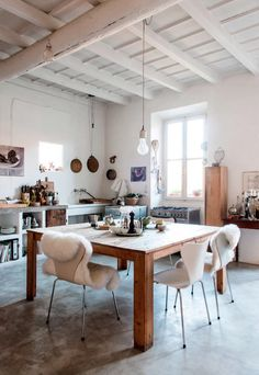 INTERIORS I DETAILS Eclectic kitchen with lot of details. Interior Design Inspiration, Decor Interior Design, Home Decor Inspiration, Interior Decorating, Kitchen Interior, Kitchen Design, Kitchen Decor, Kitchen Art, Rustic Kitchen