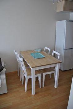 La mesa de patas blancas y sobre de madera de Romina : x4duros.com