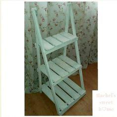 Estantería de madera en blanco para cualquier estancia de la casa.