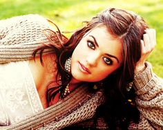 Also known as Aria Montgomery off of Abc Family's hit series, Pretty Little Liars To me she looks like Selena Gomez Aria Montgomery, Pretty Little Liars Actrices, Lucy Hale Outfits, Pretty People, Beautiful People, Gorgeous Women, Lucy Hale Style, Aria Style, Jenifer Lawrence