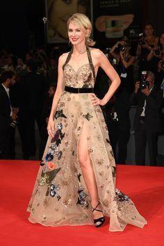 Naomi Watts en robe Elie Saab haute couture de la collection automne-hiver…