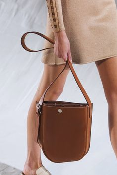 Hermès Spring 2021 Ready-to-Wear collection, runway looks, beauty, models, and reviews. Vogue Paris, Fashion Runway Show, Leather Harness, Vogue Fashion, New Bag, Leather Accessories, Mannequins, Bottega Veneta, Fashion Bags